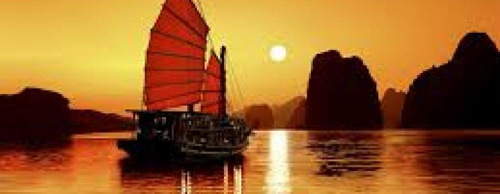 baia di Ha Long al tramonto
