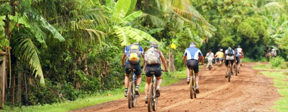 in bici lungo le strade vicino Angkor
